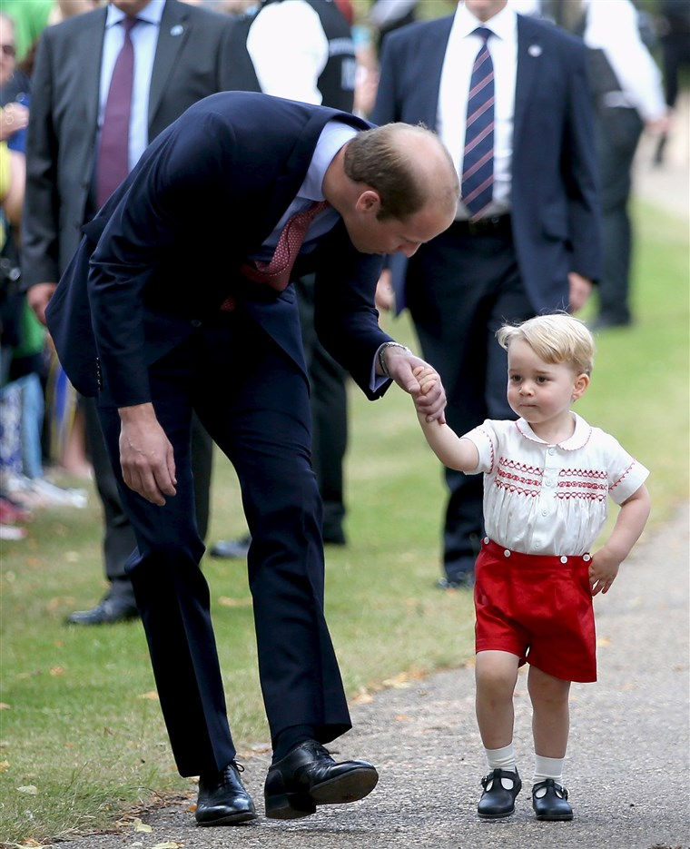 Herceg William, Duke of Cambridge speaks with Prince George of Cambridge as they arrive at the Church of St Mary Magdalene on the Sandringham Estate for the Christening of Princess Charlotte of Cambridge
