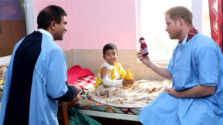 תמונה: Britain's Prince Harry visits a patient at the burn unit of Kanti Children's Hospital
