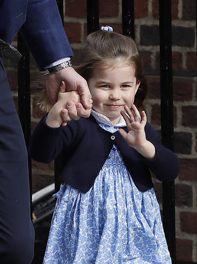 Hercegnő Charlotte waves to the cameras as she makes her way to visit her mom and new baby brother.