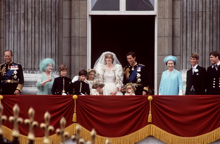 राजकुमार Charles to Princess Diana wave to crowds outside of Buckingham Palace. Clemintine Hambro stands in front of the prince, to the left of Queen Elizabeth.