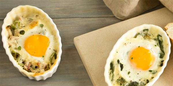 Tejszínes Baked Eggs with Leeks and Spinach