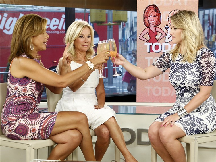 קתי Lee and Hoda send Sara Haines off with a toast Friday morning.