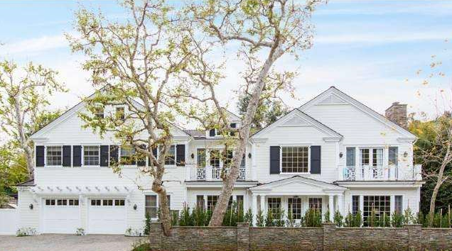 सारा Michelle Gellar's new home in Brentwood has six bedrooms, a full playroom, gym and media room.