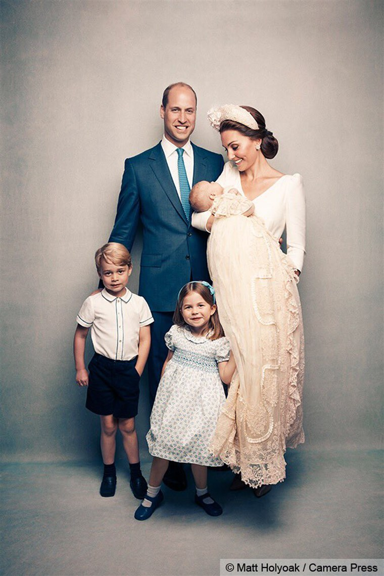 राजकुमार William and Duchess Kate pose for an adorable family photo with their little ones: Prince George, Princess Charlotte and Prince Louis.
