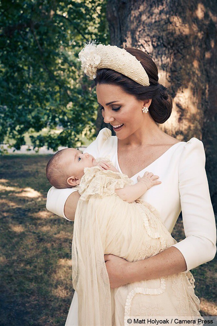 रानी Kate holds Prince Louis in a beautiful close up.