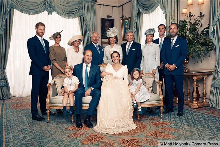 बैठक together (left to right) are Prince George, the Duke of Cambridge, baby Prince Louis, the Duchess of Cambridge and Princess Charlotte. Standing (left to right): The Duke of Sussex, the Duchess of Sussex, the Duchess of Cornwall, the Prince of Wales, Mrs. Carole Middleton, Mr. Michael Middleton, Mrs. Pippa Matthews, Mr. James Matthews and Mr. James Middleton.