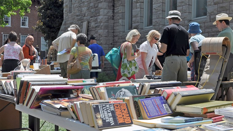 ओटावा, CANADA MAY 29: Thousands of people gather at the annual Glebe neighborhood garage sale which takes place for several blocks in the Glebe are...
