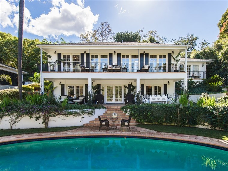 फेय Resnick's home, which she just sold, has a Federalist/New Orleans style.