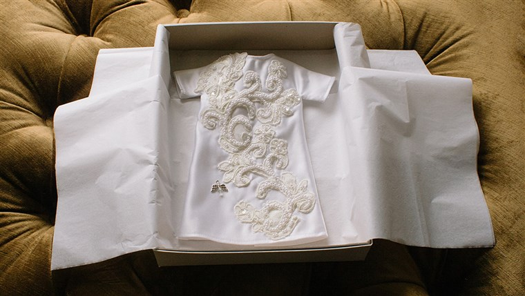 Minden egyes Angel Gown is presented to the family in simple, white boxes and white tissue paper.