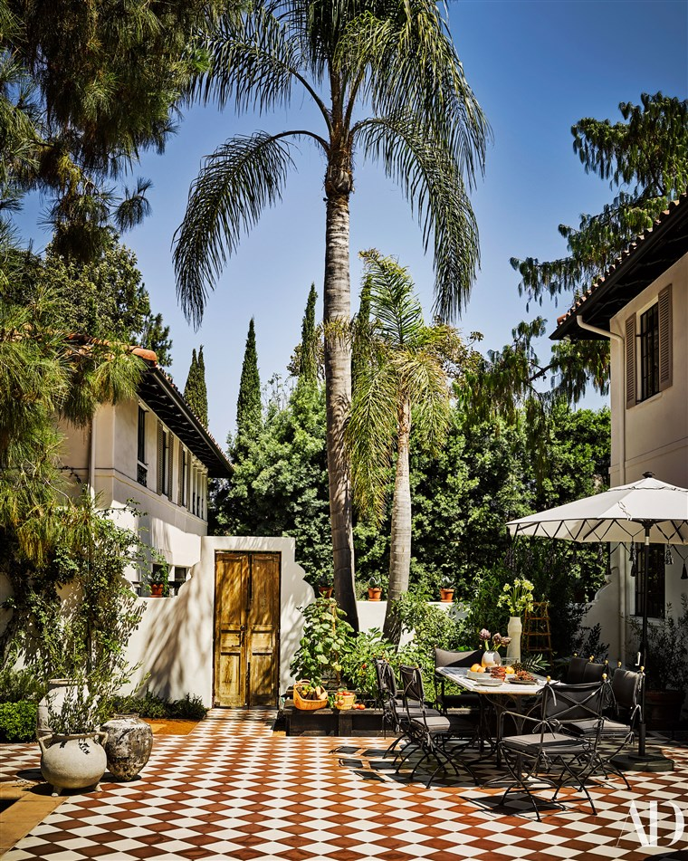 izvan view of Nate Berkus' home.
