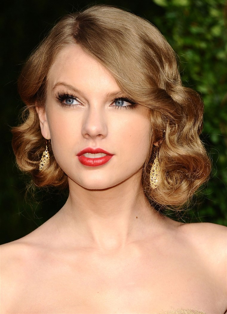 गायक Taylor Swift arrives at the Vanity Fair Oscar party hosted by Graydon Carter held at Sunset Tower on February 27, 2011