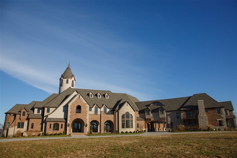 गोभी and Heidi Hamels are giving their $9.4 million mansion and 104-acre property in Missouri to a charity that helps people with special needs and chronic illnesses.