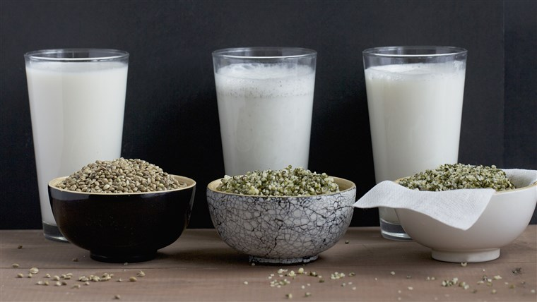 Domaća hemp milk with whole seeds and shelled seeds; milk is still being filtered