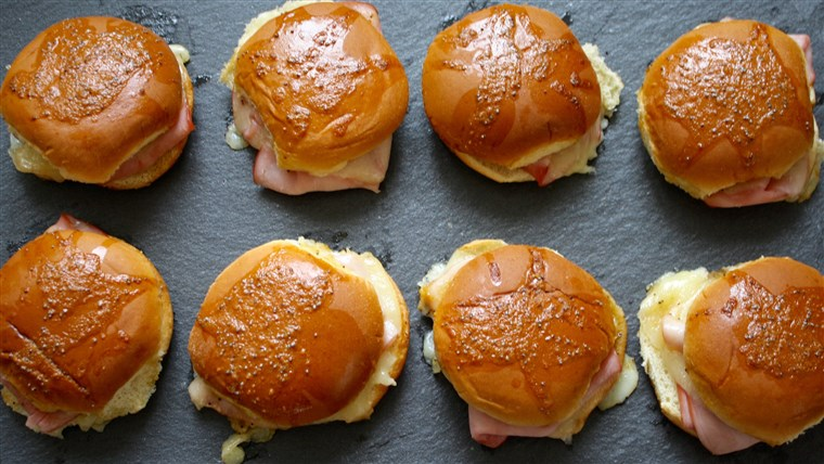 जांघ and cheese sliders with mustard sauce