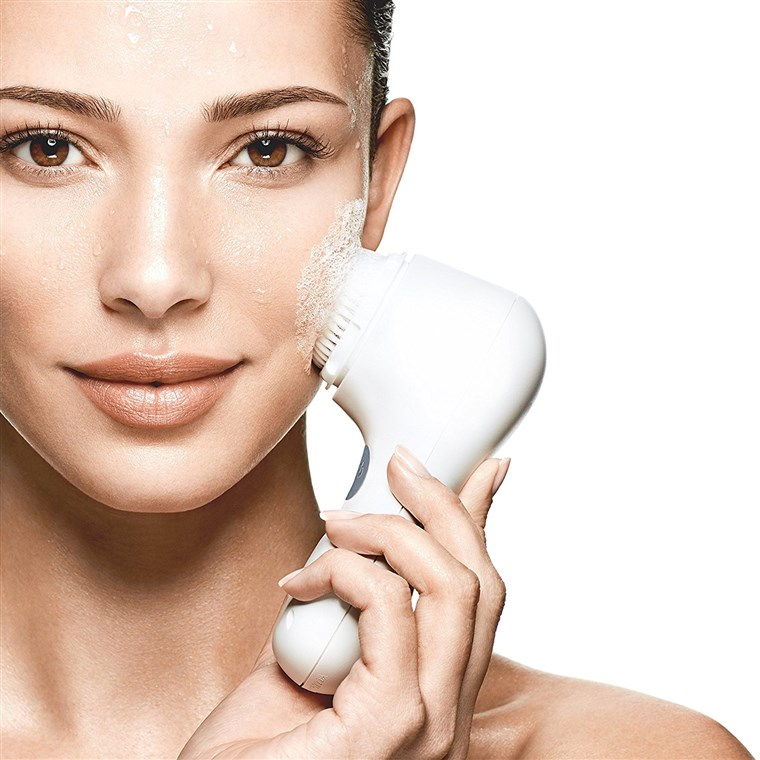 Nő using clarisonic