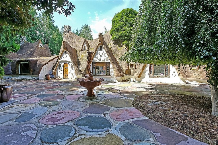होम that looks like Snow White's cottage
