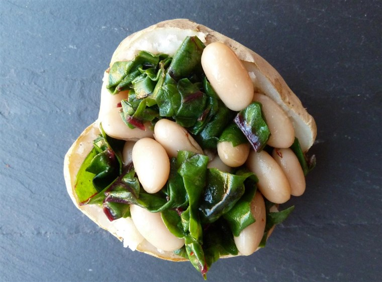 אפוי potato with white beans and garlicky greens