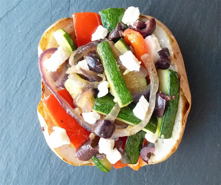 אפוי potato with vegetables, feta and olives