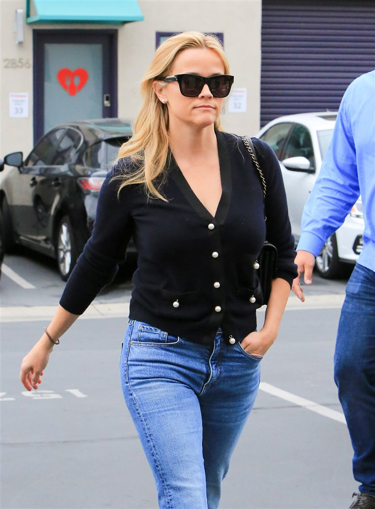 रीज़ Witherspoon wears black cardigan