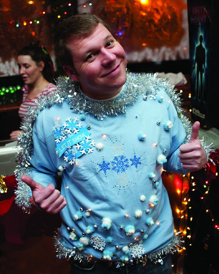 Ez holiday sweater deserves two thumbs up.