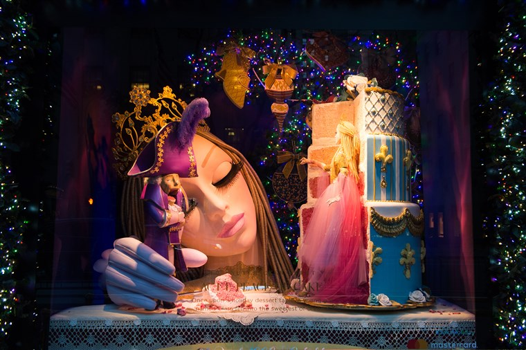 साक्स Fifth Avenue department store holiday windows.